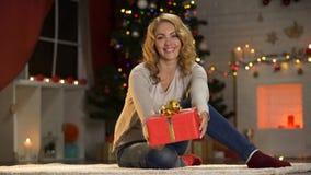 Apparence attrayante de dame actuelle à la caméra, bienveillance sur Noël, charité images libres de droits