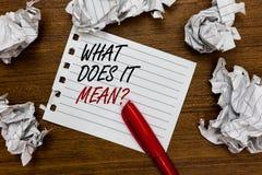 Apparence conceptuelle d'écriture de main ce qui il signifie la question La présentation de photo d'affaires me donnent la signif images libres de droits