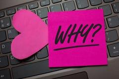 Apparence conceptuelle d'écriture de main pourquoi question Le texte de photo d'affaires demandant des réponses spécifiques de qu Photos libres de droits