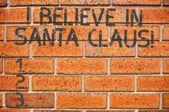 Apparence conceptuelle d'écriture de main que je crois en Santa Claus Photo d'affaires présentant pour avoir confiance en des vac photos stock