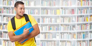 Apparence d'étudiant dirigeant la bibliothèque de commercialisation d'annonce d'annonce apprenant des personnes de jeune homme de photographie stock