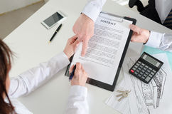 Apparence d'agent immobilier où signer le contrat d'immobiliers Images stock