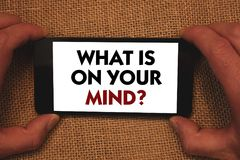 Apparence de note d'écriture ce qui est sur votre question d'esprit La présentation de photo d'affaires large d'esprit pense à de Photos libres de droits