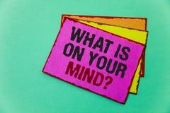 Apparence de note d'écriture ce qui est sur votre question d'esprit La présentation de photo d'affaires large d'esprit pense à de Images stock