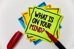 Apparence de note d'écriture ce qui est sur votre question d'esprit La présentation de photo d'affaires large d'esprit pense au s Image stock