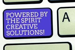 Apparence de signe des textes actionnée par les solutions créatives d'esprit Clavier puissant d'idées de solutions de rechange de photo libre de droits