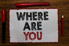 Apparence de signe des textes où êtes vous La photo conceptuelle nous donnent votre point de direction d'adresse d'emplacement de images libres de droits