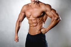 Apparence modèle de forme physique sportive forte d'homme six ABS de paquet Images stock