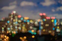 Appartamenti astratti, edifici residenziali, case, contro il cielo con le nuvole Notte urbana Città alla notte con bokeh leggero fotografia stock