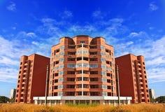 Appartamenti degli appartamenti nell'alta costruzione di aumento nel mattone Immagine Stock Libera da Diritti