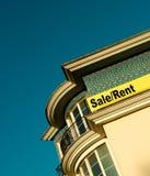 Appartamenti del lusso di vendita/affitto del segno fotografia stock libera da diritti