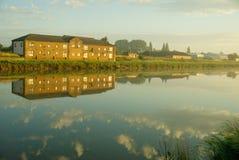 Appartamenti della riva del fiume Fotografie Stock Libere da Diritti
