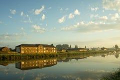 Appartamenti della riva del fiume Immagine Stock Libera da Diritti