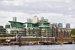 Appartamenti della riva del fiume del Tamigi, Wapping, Londra immagine stock