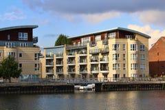 Appartamenti della riva del fiume sul Tamigi in Kingston Surrey fotografie stock