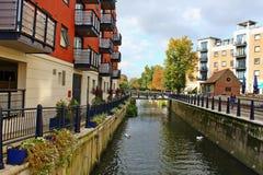 Appartamenti della riva del fiume in via di Wadbrook in Kingston Surrey fotografia stock libera da diritti