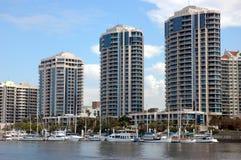 Appartamenti di lusso dal fiume Fotografia Stock