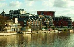 Appartamenti di lusso dal fiume Fotografie Stock Libere da Diritti