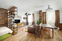 Appartamenti di studio interni, con gli scaffali per libri ed i pavimenti di legno duro Fotografia Stock