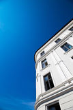 Appartamenti e cielo blu Fotografie Stock Libere da Diritti