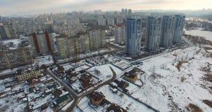 Appartamenti e zona residenziale del bene immobile sulle periferie della città stock footage