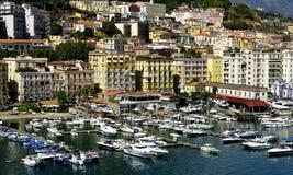 Appartamenti ed il porto di Salerno immagine stock