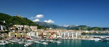 Appartamenti ed il porto di Salerno fotografia stock