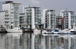 Appartamenti moderni del lato di mare fotografia stock