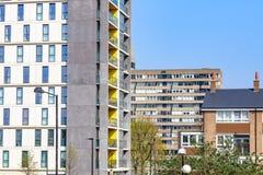 Appartamenti moderni e vecchi blocchetti dell'edilizia economica e popolare immagini stock