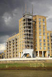 Appartamenti moderni Londra della riva del fiume Immagini Stock Libere da Diritti