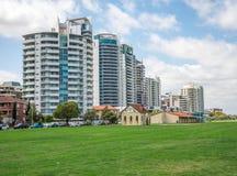 Appartamenti orientali di vista del fiume di Perth sulla parità della strada e di Langley del terrazzo Immagine Stock Libera da Diritti