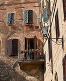 Appartamenti a Siena con i ciechi ed il lavaggio Fotografia Stock