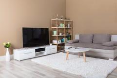 Appartamento con la televisione ed il sofà fotografie stock libere da diritti