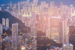Appartamento della città di Hong Kong ed edificio per uffici sull'alta vista di notte della collina Fotografia Stock Libera da Diritti