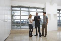 Appartamento di Showing Couple New dell'agente immobiliare Fotografie Stock Libere da Diritti