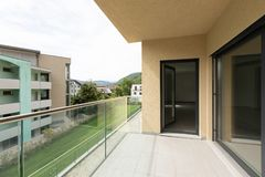 Appartamento esteriore sul secondo piano, vista dal terrazzo immagini stock
