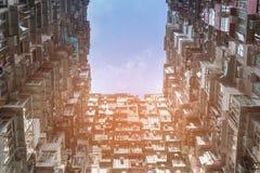 Appartamento fuori della vista dal basso contro il fondo del cielo blu Fotografia Stock Libera da Diritti