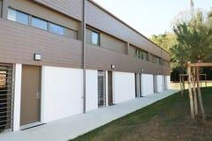 Appartamento identico moderno in sobborgo immagine stock