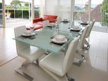 Appartamento moderno con il patio e le viste Fotografie Stock