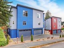 Appartamento molto modernizzato con i colori rossi e blu con il garage e la strada privata Fotografia Stock