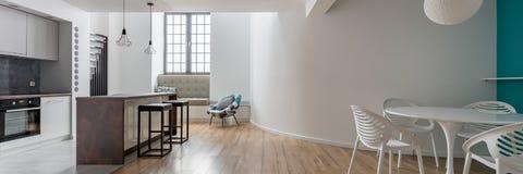 Appartamento spazioso con la tavola rotonda immagine stock