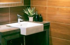 Appartamento spazioso - lavabo moderno nel nuovo interno del bagno fotografie stock libere da diritti