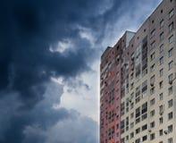 Appartamento in un grattacielo moderno e cielo scuro nuvoloso Fotografia Stock