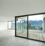 Appartamento vuoto, stanza con le finestre Immagini Stock