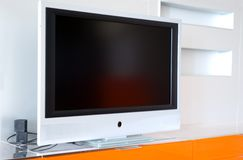 Appartement avec la télévision de plasma Photos stock