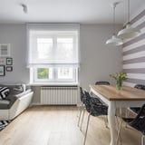 Appartement avec le sofa et la table image libre de droits