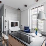 Appartement avec les tuiles grises de mur photographie stock