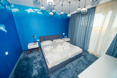 Appartement bleu de chambre à coucher dans un hôtel de cinq étoiles dans Kranevo, Bulgarie Images stock