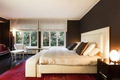 Appartement, chambre à coucher confortable photographie stock libre de droits