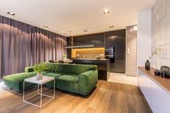 Appartement de l'espace ouvert avec le sofa Photos stock